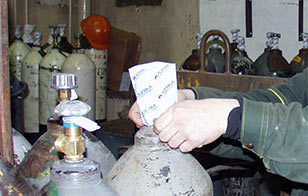 To put the heat-shrinking bundling film on the valve of the gas cylinder